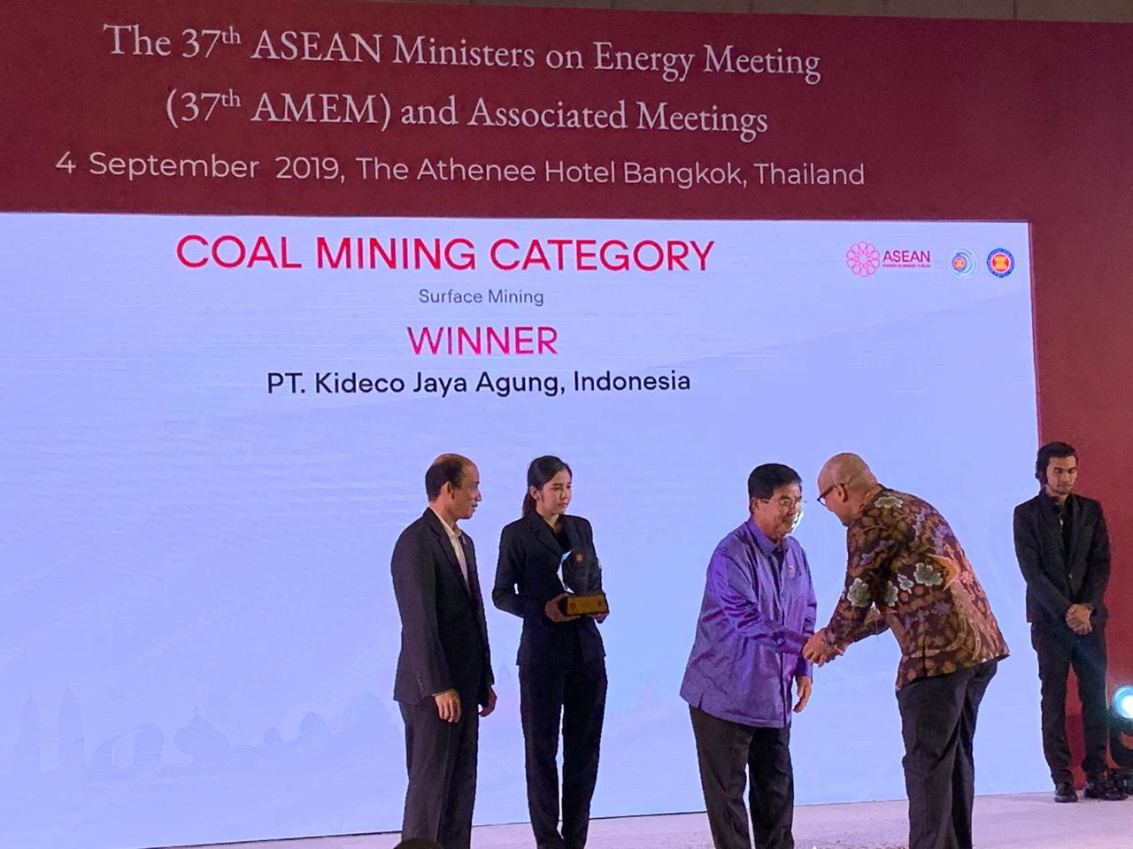 "Kideco menerima penghargaan  kategori ""Surface Mining""  di acara The 37th ASEAN Ministers on Energy  Mining"